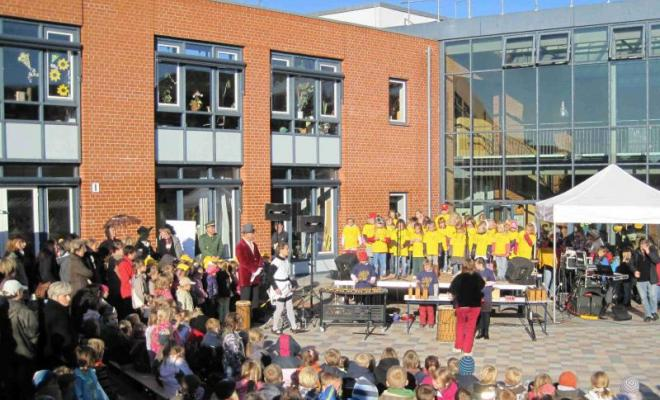 Foto vom Schulhof mit Chorkindern